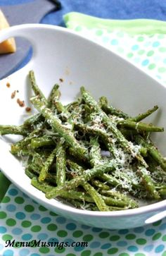 Menu Musings of a Modern American Mom: Roasted Green Beans - I'm always looking for green bean recipes Parmesan Green Beans, Roasted Green Beans, Healthy Vegetables, Fruits And Veggies, Roasted Vegetables, Side Dish Recipes, Vegetable Recipes, Cooking Recipes, Healthy Recipes