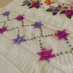 Havlu Brazilian Embroidery, Ribbon Embroidery, Elsa, Diy And Crafts, Sewing Needles, Needle Lace, Bathroom Sets, Crochet Flowers, Towels
