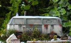 Diorama Scheunenfund (Barn Find) VW Bus T2 (Polizei) in 1:24 in Modellbau, Auto- & Verkehrsmodelle, Teile, Zubehör & Aufbewahrung | eBay!