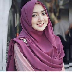 Pin Image by Bunda Hijaber Tutorial Hijab Wisuda, Hijab Style Tutorial, Cara Hijab, Hijab Chic, Hijab Style Dress, Casual Hijab Outfit, Beautiful Muslim Women, Beautiful Hijab, Modern Hijab Fashion