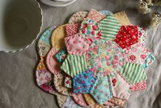 Cute hot pads from dresden plate quilt pattern… Mini Quilts, Small Quilts, Quilting Tips, Quilting Projects, Sewing Projects, Hand Quilting, Quilting Designs, Hot Pads, Dresden Plate Quilts