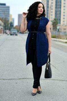 look pour le bureau, tunique bleue sans manches, longueur aux genoux, portée avec une ceinture noire fine et avec un pantalon noir en dessous