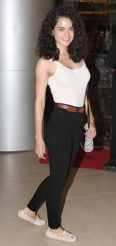 Kangana Ranaut in a simple casual wear! Casual Leggings Outfit, Legging Outfits, How To Wear Leggings, Bollywood Outfits, Bollywood Fashion, Chic Outfits, Fashion Outfits, Work Outfits, Monochrome Fashion