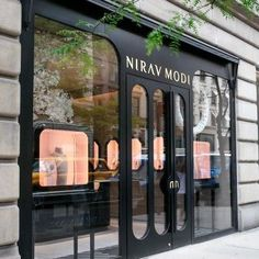 You feel amazed by some luxury store doors? Come see our selection! Design Entrée, Facade Design, Door Design, Shoe Store Design, Jewelry Store Design, Jewelry Shop, Jewelry Stores, Boutique New York, Spa Store