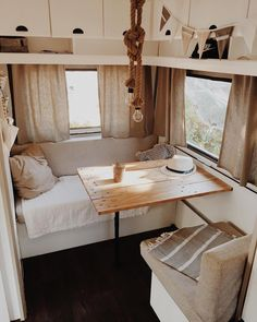 On vacation this summer? This is how you cheer up the camper or caravan - Eigen Huis en Tuin Van Living, Tiny House Living, Home And Living, Living Room, Caravan Makeover, Caravan Renovation, Caravan Vintage, Vintage Caravans, Vintage Caravan Interiors