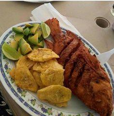 Pescado Frito con Tostones y Aguacate Honduran Recipes, Haitian Food Recipes, Honduras Food, Trinidadian Recipes, Puerto Rico, Caribbean Recipes, Caribbean Food, Dominican Food, Latin Food