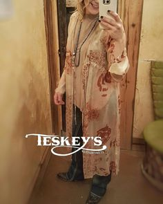 Dressing it up a little with this beautiful pink floral duster! ❤ M/L left only. -Duster: $119.99 -Undershirt: $32.99 - Message for invoice  #Teskeys #boutiquestyle #boutique #itsfinallyfriday #fashion #Fashionista #stylewatch #boutiquestyle #Texasstyle