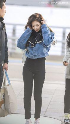 Jennie at Incheon Airport Blackpink Fashion, Kpop Fashion Outfits, Korean Outfits, Casual Outfits, Petite Fashion, Work Outfits, Korean Airport Fashion, Korean Fashion, Moda Kpop