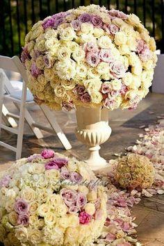 Un tripudio di fiori nei colori pastello per lingresso della chiesa