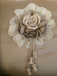 Shabby Chic Flowers, Burlap Flowers, Lace Flowers, Felt Flowers, Shabby Chic Crafts, Fabric Flower Brooch, Fabric Roses, Diy Bow, Diy Ribbon