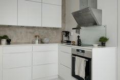 skandinavisch wohnen kücheneinrichtung weiße schränke matt metallene abzugshaube