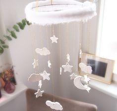 Retrouvez sur Neuf Mois, le DIY parfait pour que bébé plonge dans les nuages, grâce à son mobile tout blanc !
