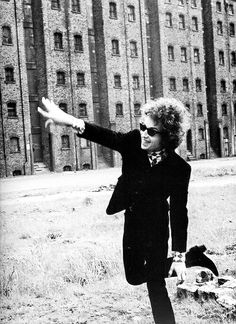 ♡♥Bob Dylan throws something in Liverpool - click on pic to see a larger pic and 3 more pics♥♡