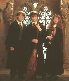 """The """"Golden Trio"""" - Rupert Grint as Ron Weasley, Daniel Radcliffe as Harry Potter and Emma Watson as Hermione Granger. - HP & The Philosopher s Stone (the beginning) Harry Potter Tumblr, Harry Potter Hermione, Harry James Potter, Hermione Granger, Estilo Harry Potter, Arte Do Harry Potter, Harry Potter Pictures, Harry Potter Characters, Harry Potter Memes"""