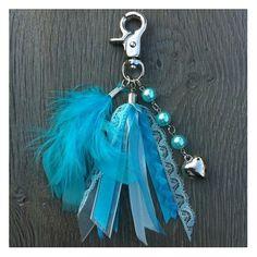 Sieraden, turquoise sleutelhanger met lintjes en veertjes. www.sieradenwebshop.com