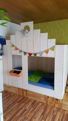 Kinderbett für meinen jüngsten Sohn gebaut. Auf einem Podest mit zwei Schubladen und drei Fächern.