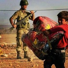 """""""Bir gün hepimiz göçmen olabiliriz."""" 4. Uluslararası Suç ve Ceza Film Festivali 7-13 Kasım tarihlerinde İstanbul'da gerçekleşecek. #herkesicinadalet #göç #refugee #mülteci #immigration #immigrant #mültecihakları #zorunlugöç #soldier #child by uscff #masiva http://masiva.org"""