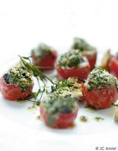 Escargots dans une tomate cerise Chefs, Snails Recipe, French Kitchen, Slow Food, Avocado Recipes, Dinner Rolls, Entrees, Brunch, Appetizers