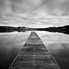 Je trouve cette photo magnifique parce qu'elle est prise en noir et blanc. J'aime aussi beaucoup l'aspect eau et arbres en arrière parce que cela donne l'impression que le pont est long. Cette image me fait sentir légère et libre.