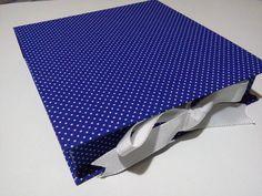 Caixa tipo livro para lembrancinha, convite ou até para entrega de cd/dvd ou o que preferir. Revestida em tecido e papel de boa qualidade na parte interna e fita de cetim.  Fazemos outros tamanhos e cores.