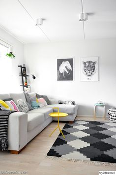 sohva,valkoinen,divaanisohva,sohvatyynyt,hay,lelusäilytys,matto,hylly,viherkasvit,koristetyynyt,olohuone,säilytyskori,värikäs koti