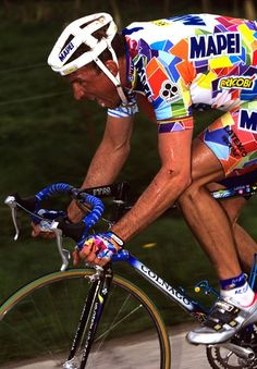 Johan Museeuw (nacido el 13 de octubre de 1965 en Varsenare) fue un ciclista belga, profesional entre los años 1988 y 2004, durante los cuales consiguió 104 victorias.