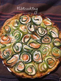 Elegante et absolument délicieuse, cette tarte courgettes saumon fumé sera la recette de l'été pour tous. http://fabicooking.com/tarte-courgettes-et-saumon-fume/