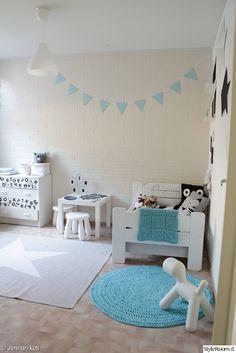 polkadot,viiri,diy,sisustustarra,turkoosi,valkoinen,harmaa,pojan huone,lastenhuone,sänky,lasten sänky