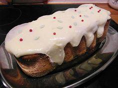 PIPARIKAKKU JUUSTOKUORUTTEELLA  GINGERBREAD CAKE