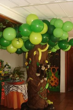 Safari jungle party - a really nice tree made of balloons! Safari Party, Jungle Book Party, Safari Jungle, Jungle Theme Parties, Jungle Theme Birthday, Monkey Birthday, Safari Birthday Party, Animal Birthday, Party Themes