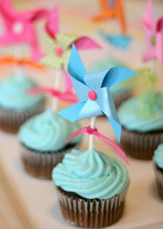 love the pinwheels on the cupcakes!
