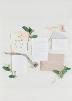 Zarte Hochzeitspapeterie in Weiß, Grau und Naturtönen – delicate white and grey calligraphy wedding stationary - Coastal Bride