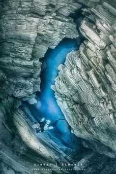 深さ50メートルにあり、2つのくぼみをつないでいるトンネル 神秘的な海中洞窟の世界