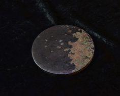 De Toli – Sjamanen Spiegel  De oorsprong komt uit het oude Azië en met name uit Mongolië, Tibet en China.  De Toli werd vaak gemaakt van brons maar soms ook van koper of zelfs van zilver of Jade en waren dan ook erg kostbaar. De sjamaan gebruikt de Toli vooral voor het zuiveren, healen en voor het verdrijven van ziekte en boze entiteiten of juist voor het opslaan van energie.