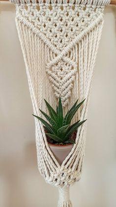 Small Flower Pots, Boho Dekor, Boho Home, Boho Stil, Macrame Plant Hangers, Macrame Projects, Macrame Patterns, Woven Wall Hanging, Plant Holders