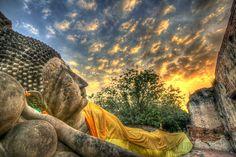 Bouddha couché au coucher du soleil