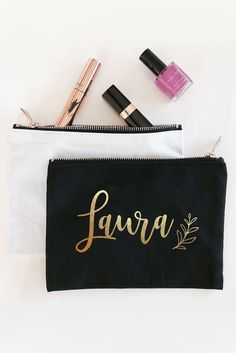 10 inspirações para arrasar nas lembrancinhas para Chá de Lingerie Personalized Bridal Party Gifts, Personalized Makeup Bags, Bridesmaid Makeup Bag, Bridesmaid Gifts, Bridesmaid Proposal, Wedding Bridesmaids, Wedding Dresses, Wedding Makeup Tips, Bridal Makeup