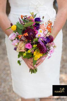 Dit kleurrijke bruidsboeket is een feest voor het oog, je raakt niet uitgekeken. Dit kleurrijke bruidsboeket is perfect geschikt voor een zomerse bruiloft of het brengt kleur in de winter. Het trouwboeket is gemaakt door Bloemsierkunst Sjerp uit Rotterdam. All Flowers, Floral Wreath, Wreaths, Decor, Floral Crown, Decoration, Door Wreaths, Deco Mesh Wreaths, Decorating