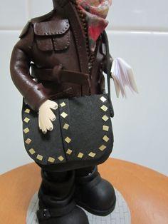 Fofucha personalizada en goma eva .Detalle del bolso con tachuelas.Totamente elaborado a mano. elenamartinlopez.blogspot.com