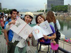 Toronagashi, Hiroshima Nipponica 2009  Gli amici di Hiroshima con le lanterne realizzate con i disegni inviati dall'Italia per un gemmellaggio di pace tra Italia e Giappone