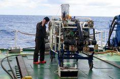 ディープ・トウ(Deep-tow)。日本に本部を置くJAMSTEC(海洋研究開発機構)によって発表された海底調査などに対応する装置の一つ。ナホトカ(Находка)なる1997年に日本海に沈んだロシア船籍のタンカーを発見する。