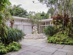 https://flic.kr/p/snApXS   Uma jóia arquitetônica de estilo modernista! Gávea, Rio de janeiro, Brasil.   <i>Instituto Moreira Salles, residência da família de mesmo nome projetada em 1948 pelo arquiteto Olavo Redig de Campos com paisagismo do mestre Burle Marx.</i> ________________________________________________  <i>An architectural gem in modernist architecture style projected by Olavo Redig Campos in 1948 with gardens of the master Roberto Burle Marx. Today this residence is a cultural…