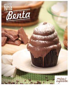 Massa de chocolate, recheio de doce de leite e cobertura de marshmallow com casquinha de chocolate.