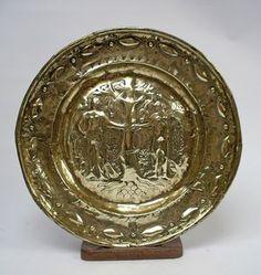 Messing doopschotel, c. 1700 Een gedreven geelkoperen doopschotel met een decoratie van Adam en Eva in het paradijs. Zuid-Nederlands, datering ca. 1700. Doorsnee 37,5 cm.