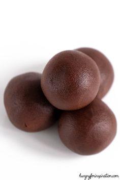 Velvety No Bake Keto Brownie Bites (Easy Keto Chocolate Fat Bombs) Keto Brownies, Tassen Brownie, Keto Chocolate Fat Bomb, Low Carb Backen, Comida Keto, No Carb Recipes, Low Carb Side Dishes, Brownie Bites, Keto Fat