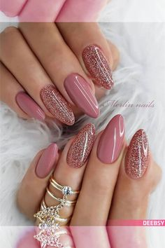 The trend of almond shape nails has been increasing in recent years. Many women who love nails like almond nail art designs. Almond shape nails are suitable for all colors and patterns. Almond nails can be designed to be very luxurious and fashionabl Mauve Nails, Pink Nails, White Nails, Nude Nails With Glitter, Rose Gold Nails, Gradient Nails, Oval Nails, Rainbow Nails, Trendy Nail Art