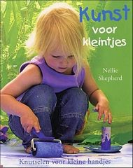 Een knutselboek met kunstzinnige knutselprojecten om thuis met je kinderen te ondernemen. De originele idëeen staan garant voor urenlang plezier. De meeste materialen heb je gewoonlijk wel in huis of zijn makkelijk te krijgen. Met een beetje hulp maken de allerkleinsten de schitterenste kunstwerken, kleurrijk en uniek. Het boek is prachtig geïllustreerd met heel veel foto's van kinderen in actie. Zeer duidelijke voorstelling van de materialen en correcte beschrijving.