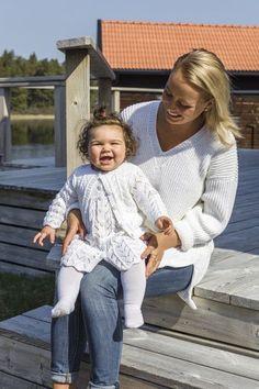 91733. SOMRIG KLÄNNING, KOFTA & MÖSSA TILL BABY Baby Knitting Patterns, Ruffle Blouse, Tops, Women, Fashion, Ribe, Threading, Moda, Women's