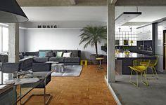 """O arquiteto Diogo Oliva queria todos os ambientes de seu apartamento integrados, porque acredita na importância de expor as verdades da casa. """"Cozinha não deve ser escondida. Existe sujeira, existe louça suja. Faz parte"""", diz. Por isso, um dos pilares fic"""