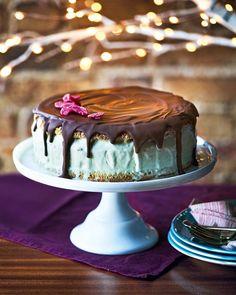 Pistacho and rose ice cream cake Diy Ice Cream Cake, Rose Ice Cream, Strawberry Ice Cream Cake, Pistachio Ice Cream, Brownie Ice Cream, Summer Cake Recipes, Summer Cakes, Dessert Recipes, Christmas Ice Cream Cake